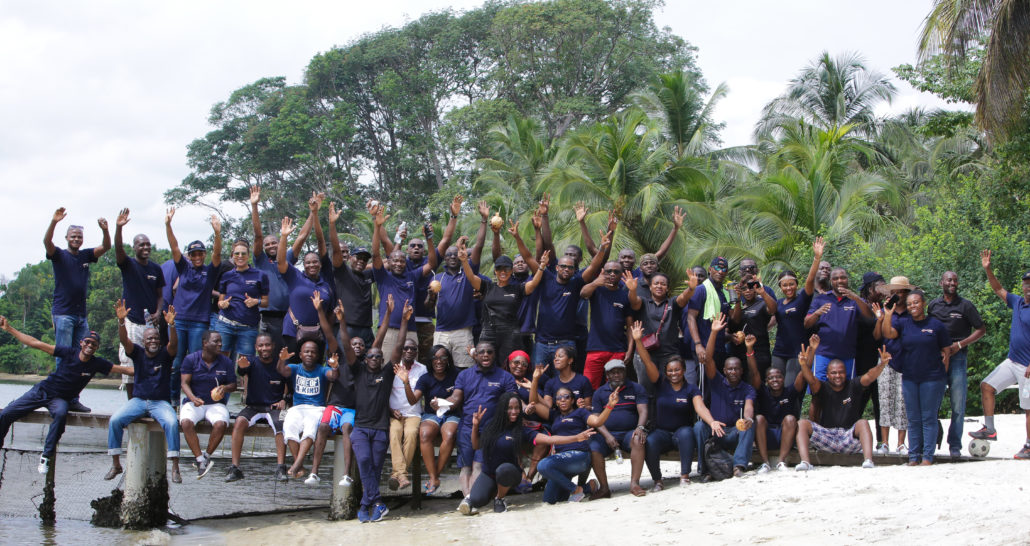 PHOTO DE GROUPE POUR LA TEAM BUILDING COMAFRIQUE TECHNOLOGIES